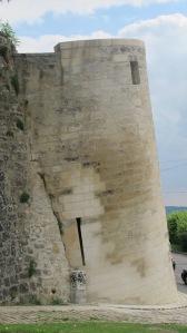 Tour penchée, insérée dans les remparts